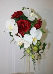 kleiner Orchideenstraß mit Rosen