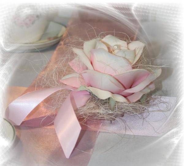 Rose im Sisal pastell