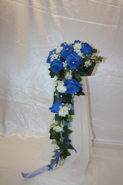 Brautstrauss blau Rosen und Nelken