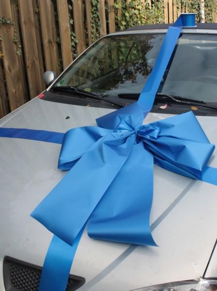 Schleife geschnek Auto blau