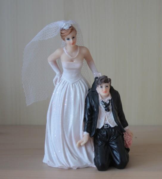 Brautpaar sie zieht am Kragen