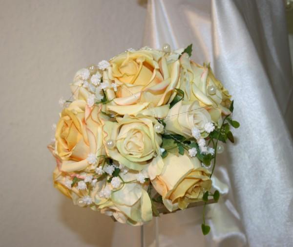 Brautstrauss Rosenkugel perlen