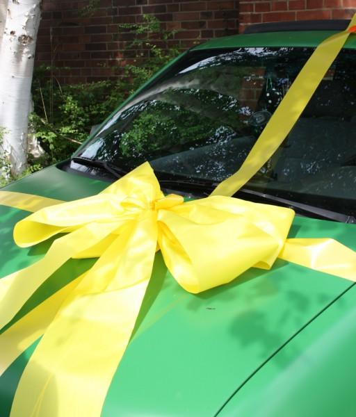 Geschenkschleife auto gelb